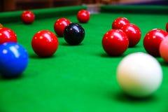 Encurralar a bola na tabela de sinuca, no jogo na tabela verde, esporte internacional da sinuca ou da associação fotografia de stock