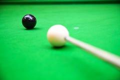 Encurralar a bola na tabela de sinuca, no jogo na tabela verde, esporte internacional da sinuca ou da associação foto de stock royalty free