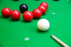 Encurralar a bola na tabela de sinuca, no jogo na tabela verde, esporte internacional da sinuca ou da associação fotografia de stock royalty free