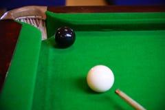 Encurralar a bola na tabela de sinuca, no jogo na tabela verde, esporte internacional da sinuca ou da associação foto de stock