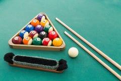 Encurralar bolas de associação dos billards, cue, escove-as, risque-as na tabela verde imagens de stock