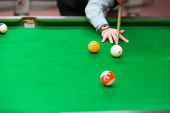 Encurralar bolas na tabela de sinuca verde, fundo do jogo do esporte imagem de stock