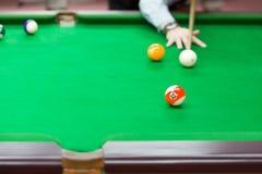 Encurralar bolas na tabela de sinuca verde, fundo do jogo do esporte imagem de stock royalty free