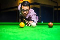 Encurralar o jogador que coloca a bola de sugestão para um tiro imagem de stock royalty free