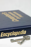 Encyclopédie et clé Photos stock