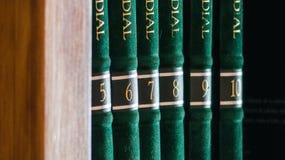 Encyclopedieën in een persoonlijke bibliotheek thuis stock foto