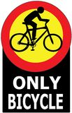 Endast cykel som passerar den tillåtna teckenetiketten Royaltyfri Foto
