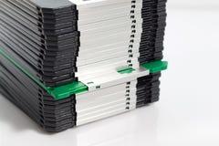 Endast en grön diskett i rad Arkivbilder