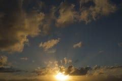 Endast himmel ljusa och mörkermoln och något ljus från solen Royaltyfria Bilder