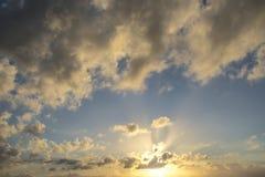 Endast himmel ljusa och mörkermoln och något ljus från solen Arkivbilder
