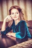 Endast kvinna i en restaurang arkivfoton