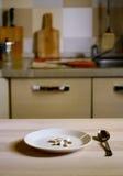 Endast preventivpillerar på plattan i kök - mat bantar begrepp Arkivfoton