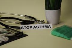 Endasthma mit Inspiration und Gesundheitswesen/medizinisches Konzept auf Schreibtischhintergrund stockfoto