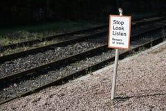 Endblick hören SicherheitsVerkehrsschild an Bahnbahnstationsgefahrenwarnzeichen stockbilder