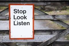 Endblick hören SicherheitsVerkehrsschild an Bahnbahnstationsgefahrenwarnzeichen stockbild