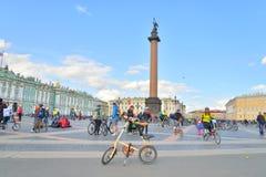 Ende, das auf Palast-Quadrat von St Petersburg radfährt Stockfotografie