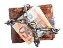 Ende der persönlichen Ausgabe.  Geldbörseneurobanknote in der Kette Stockfoto