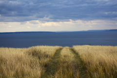 Ende der Straße in im blauen Meer und dem Himmel des Landhorizontes Lizenzfreie Stockfotos