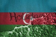 Ende des Feiertagszeichens und Meer bewegen Hintergrund wellenartig oder masern mit der Mischung von Aserbaidschan-Flaggen Stockfoto