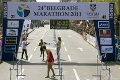 Ende des halben Marathons für Frau Stockbilder