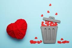 Ende des Liebes- und Paar-Verhältnisses Weggeworfene rote Herzen im Abfall lizenzfreies stockfoto