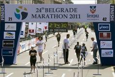 Ende des Marathons für Frau Stockfotografie