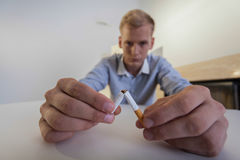 Ende des Rauchens im Leben des Mannes Stockbild