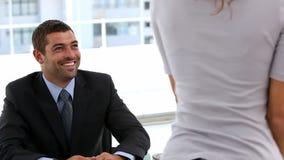 Ende eines Interviews zwischen zwei Wirtschaftlern stock footage