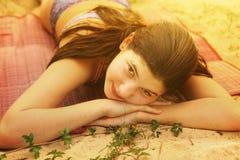 Endecha adolescente de la muchacha en el cierre de la playa encima de la foto Foto de archivo