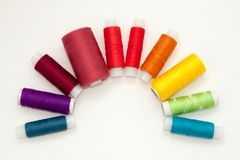 Endecha con los carretes coloridos del hilo del algodón, hilado del bordado, bobinas del arco iris, mofa del plano para arriba, v foto de archivo libre de regalías