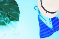 Endecha creativa del plano del concepto del verano con el bikini azul del color en colores pastel Imagenes de archivo