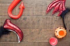 Endecha creativa del plano de los accesorios del partido de Halloween en el fondo de madera, concepto de Halloween de la visión s Imagen de archivo