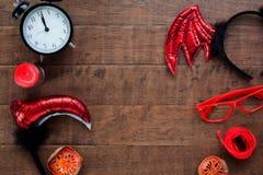 Endecha creativa del plano de los accesorios del partido del tema de Halloween en el fondo de madera, concepto de Halloween de la Imagen de archivo