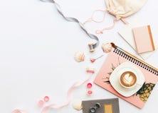 Endecha creativa del plano, escritorio de la tabla de la oficina de la visión superior Espacio de trabajo femenino del escritorio foto de archivo libre de regalías