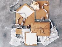 Endecha del plano de la invitación de la boda de la maqueta Haga el papel a mano imágenes de archivo libres de regalías
