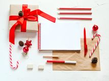 Endecha del plano de la Navidad Escritura de una letra a santa Fotos de archivo libres de regalías