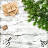 Endecha del plano de las cajas de regalo de la decoración de la Navidad Fotos de archivo libres de regalías