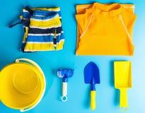 Endecha del plano de los accesorios del traje y de la playa de natación del muchacho Fotos de archivo