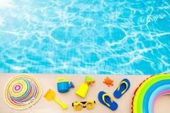 Endecha del plano de los artículos de la piscina y de la playa Vacaciones de verano fotos de archivo