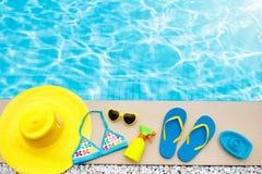 Endecha del plano de los artículos de la piscina y de la playa Vacaciones de verano fotografía de archivo