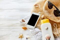 Endecha del plano del concepto de las vacaciones de verano sombrero amarillo, teléfono s de las gafas de sol Fotos de archivo
