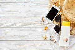 Endecha del plano del concepto de las vacaciones de verano sombrero amarillo, teléfono s de las gafas de sol Imágenes de archivo libres de regalías