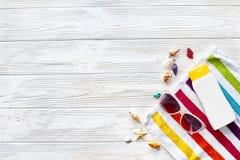 Endecha del plano del concepto de las vacaciones de verano toalla colorida, gafas de sol, YE Fotos de archivo libres de regalías