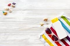 Endecha del plano del concepto de las vacaciones de verano toalla colorida, gafas de sol, YE Imagenes de archivo