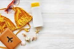 Endecha del plano del concepto de las vacaciones de verano traje de baño amarillo, sol de la protección solar Imagen de archivo libre de regalías