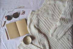 Endecha elegante femenina del plano Paño, vela, cuaderno y pluma foto de archivo libre de regalías