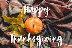 Endecha feliz del plano de la muestra del texto de la acción de gracias calabaza de otoño con colo Fotos de archivo