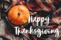 Endecha feliz del plano de la muestra del texto de la acción de gracias calabaza de otoño en elegante Imagenes de archivo