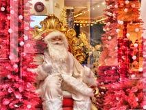 Endecha-figura de Santa Claus en la exhibición en una ventana de la tienda foto de archivo libre de regalías