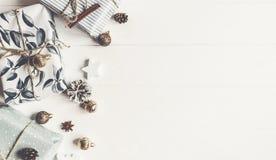 Endecha moderna del plano de la Navidad presentes envueltos con los ornamentos y p fotografía de archivo